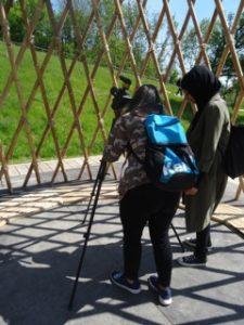 Schülerinnen des Grundkurses filmen auf der IGA in Marzahn-Hellersdorf